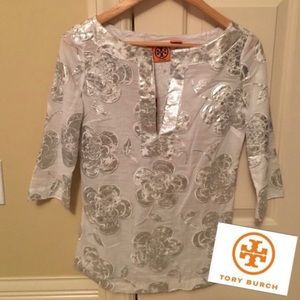 🌸 NWT Tory Burch floral top silver metallic